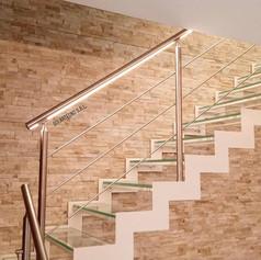 doppia struttura laterale in ferro, gradini in vetro, barriera in acciaio inox con illuminazione led