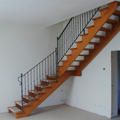 doppia struttura laterale e gradini in massello di faggio, barriera con decorazioni in ferro