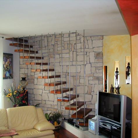 gradini in legno di faggio fissati singolarmente a parete, barriera con tondi verticali