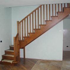 doppia struttura laterale in legno di faggio, gradini in legno di faggio e barriera in legno con colonne verticali