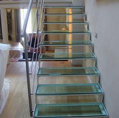 doppia struttura laterale in ferro, gradini in vetro e barriera in acciaio inox