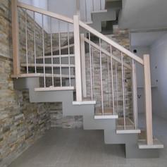 doppia struttura laterale sagonata, gradini in faggio, barriera in legno e acciaio inox