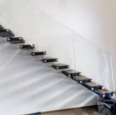 singolo fascione laterale, gradini in legno di faggio, barriera in vetro