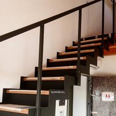 doppia struttura laterale in ferro, gradini in legno di faggio, alzate chiuse in ferro, barriera semplice