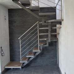 struttura centrale con triangolo aperto, gradini in massello di faggio e barriera in acciaio inox