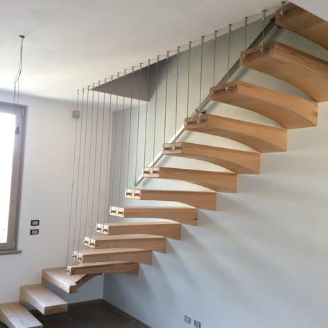 gradini sagomati fissati ingolarmente a parete, barriera con cavi verticali in acciaio inox