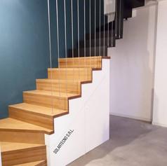 scala in legno e ferro, con lazate chiuse, e barriera con cavi verticali a soffitto