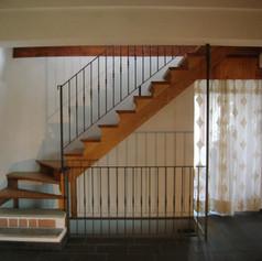 doppia struttura laterale in legno, gradini in legno e barriera in ferro con colonnine decorate