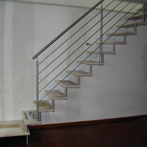 singola struttura laterale, gradini in massello di faggio, barriera in acciaio inox, distanziali