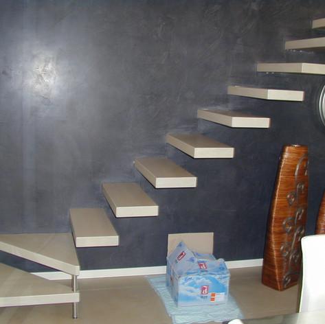 gradini in legno di faggio fissati singolarmente a parete