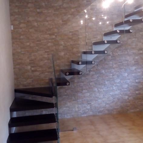 singolo fascione laterale, gradini in massello di faggio, barriera in vetro