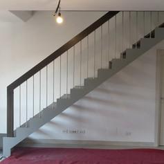 doppia struttura laterale, gradini in faggio e barriera creata su richiesta del cliente