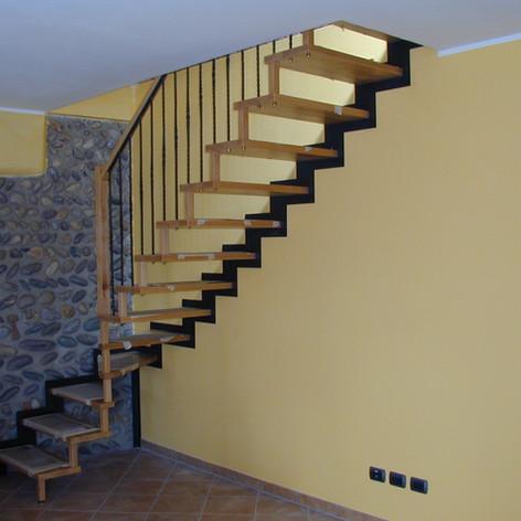 singola struttura laterale a parete, gradini in legno di faggio e barriera in ferro