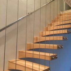 gradini sagomati in massello di faggio, barriera con cavi verticali in acciaio inox