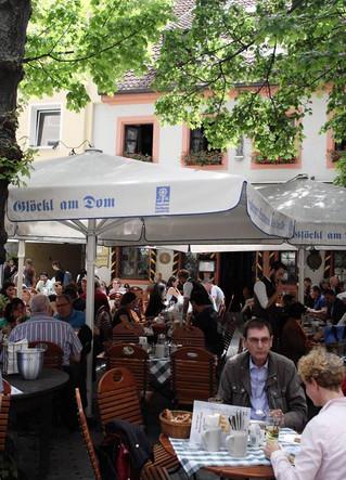 มาถึงเยอรมัน จะไม่กินไส้กรอก ขาหมู และเบียร์ได้อย่างไร