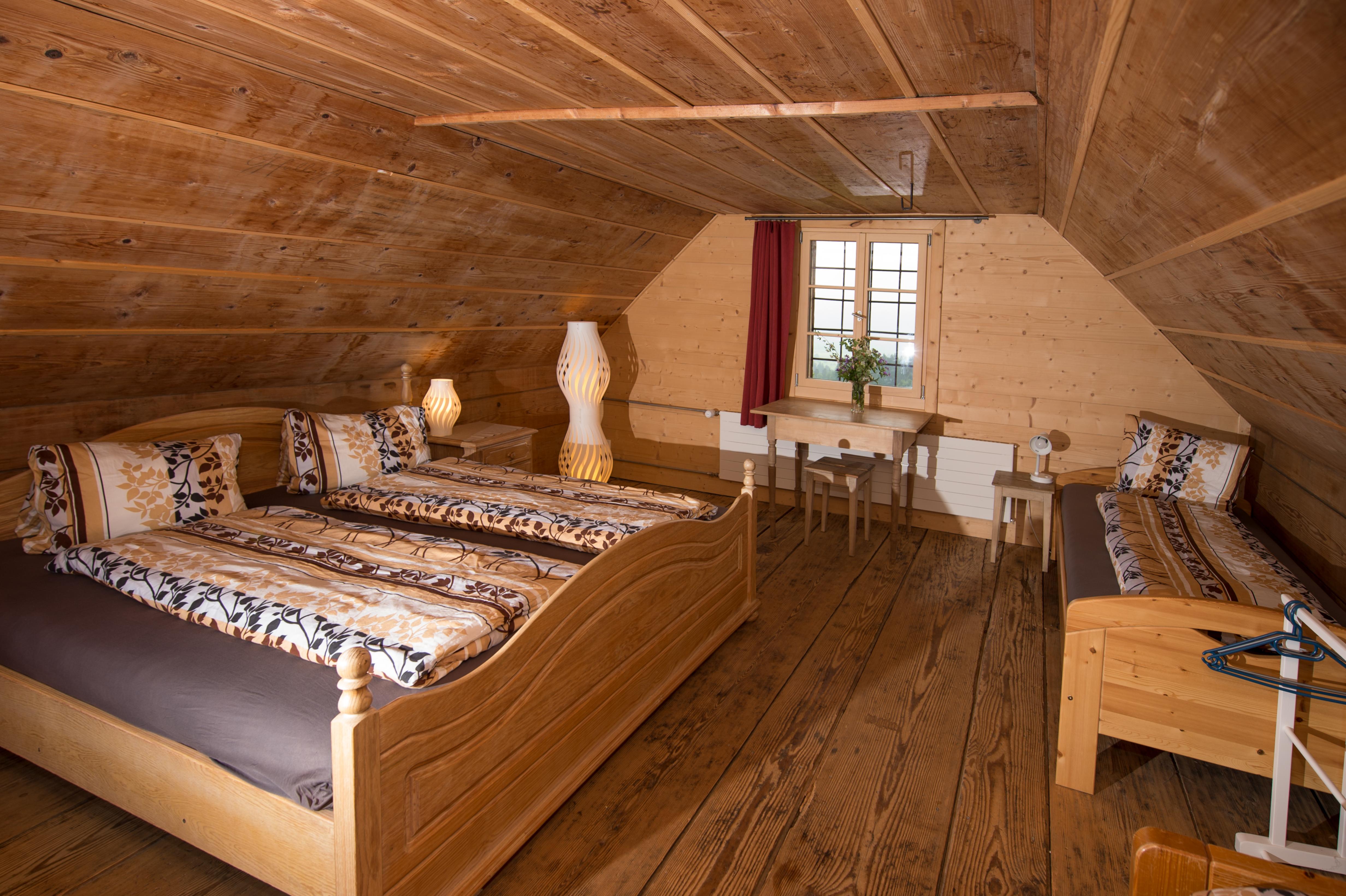 Doppelbett und zwei Einzelbetten