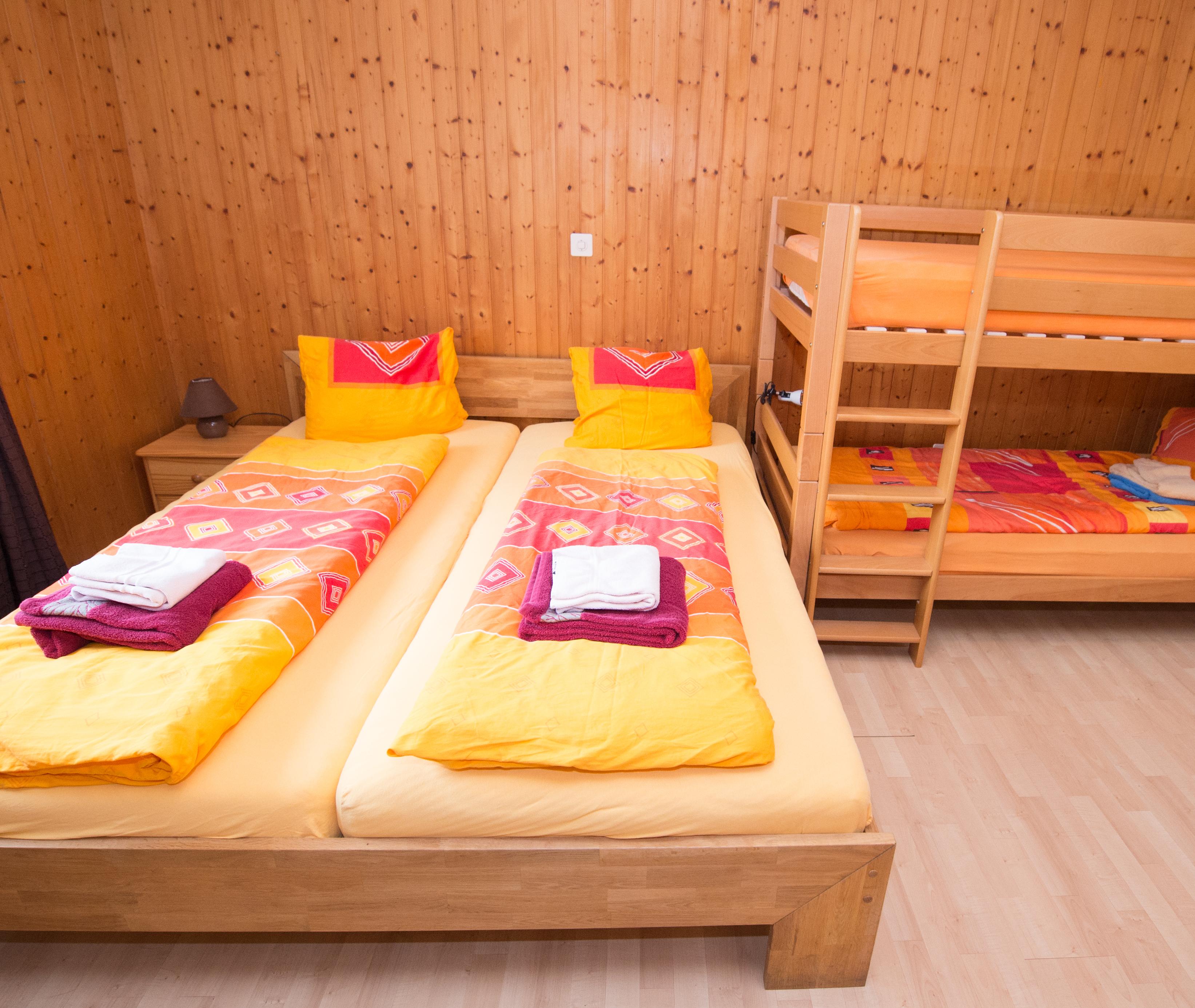 Doppelbett mit Etagenbett
