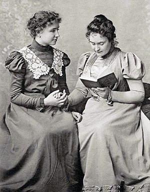 Helen Keller und Anne Sullivan im Jahre 1889 beim Lesen