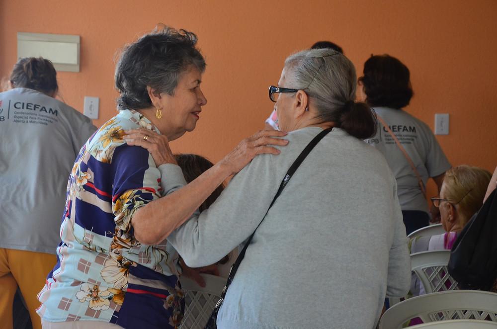 Duas idosas no momento de convivência na UAMA