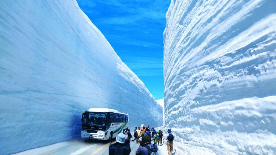 Snow Wall Walk!! Tateyama Kurobe Alpine Route, Shirakawago & Takayama 2 Days