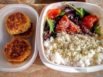 Falafel con arroz y ensalada