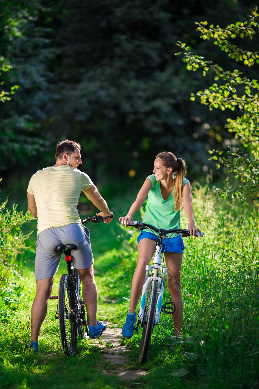 photodune-11259289-couple-on-bicycles-l