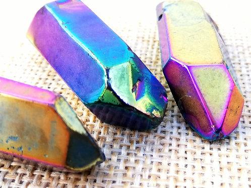 Punta de cuarzo aura arcoiris o cuarzo titanio.
