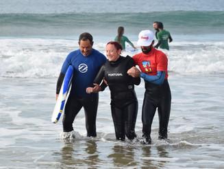 Football For All numa aula de surf adaptado