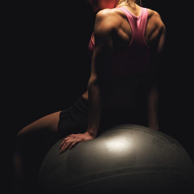 Copie de Fit Woman Sitting On A Yoga Bal