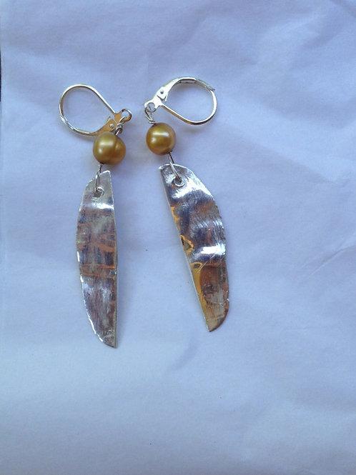 Silver peapod with bronze pearl