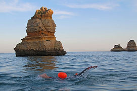 Swimmer-swimming-with-a-buoy-around-impr