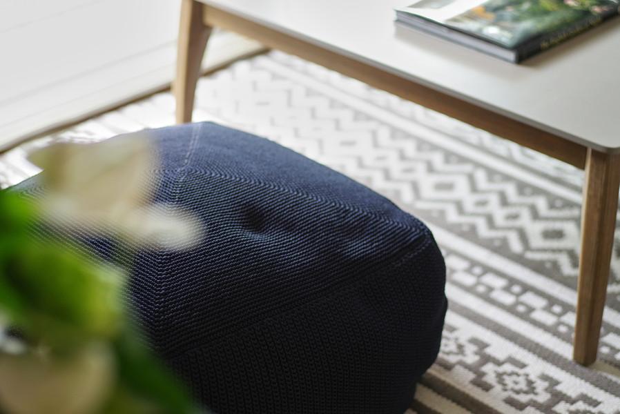 リビングのローテーブルはシンプルなデザインにラグマットは室外兼用タイプを合わせています。 フットスツールですが座り心地も良く、是非体感していただきたい商品です。  ・モーベン ローテーブル ・CAS キャス ラグマット ・ディバイン フットスツール ミッドナイトブルー