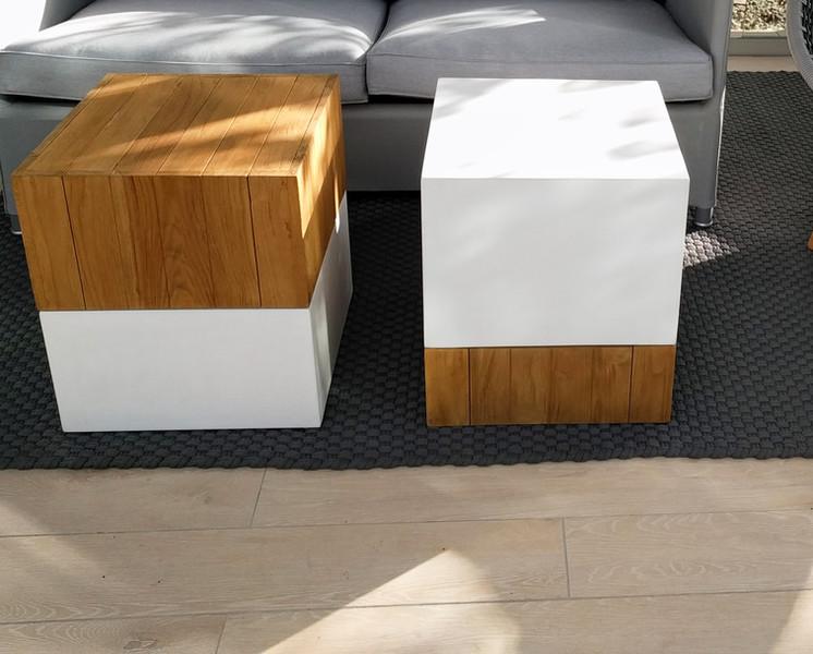 床タイルとテーブル兼スツールにラグ