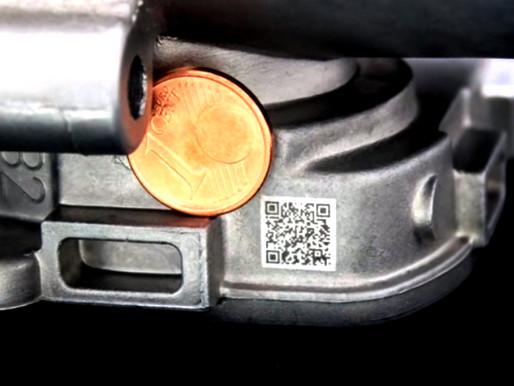 คิวอาร์โค๊ต (QR Code) ถูกมาร์กบนพื้นผิวอลูมิเนียม สำหรับชิ้นส่วนอุตสาหกรรมยานยนต์