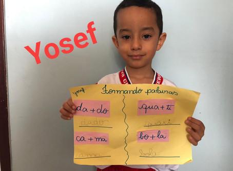 Yosef do Grupo 4, professora Mariane Goveia, treinando a formação de palavras.