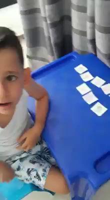Aluno João Eduardo do Grupo 4 , demonstrando que aprendeu direitinho a sequência numérica