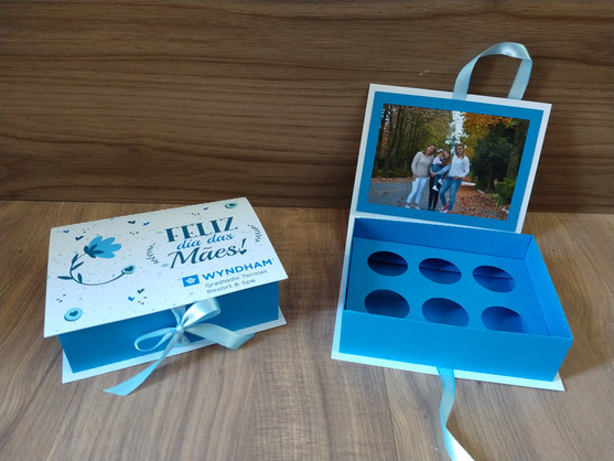 Caixa azul com foto interna para 6 bombons