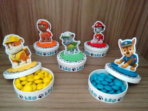 Latinhas com confetes de chocolate