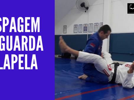 Raspagem da guarda de lapela no jiu-jitsu