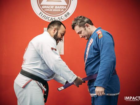 Quanto tempo leva pra pegar a faixa azul no jiu-jitsu?