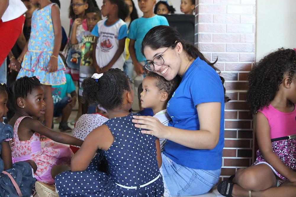 Carol Fraga brincando com as crianças na creche de Gisa