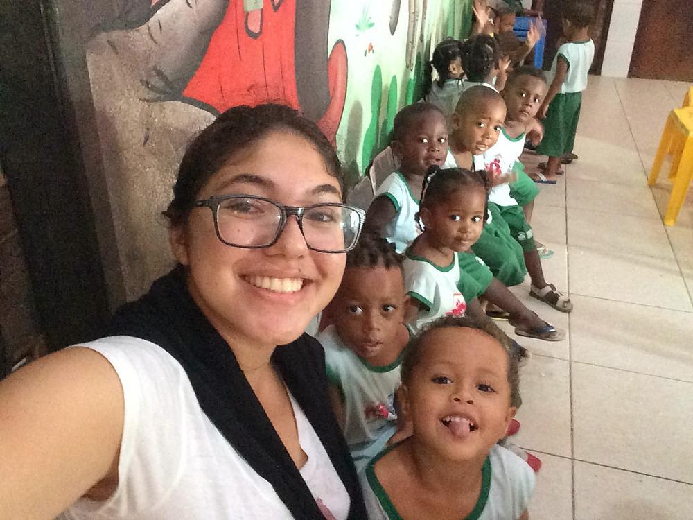 Carol Fraga e as crianças na creche de Gisa