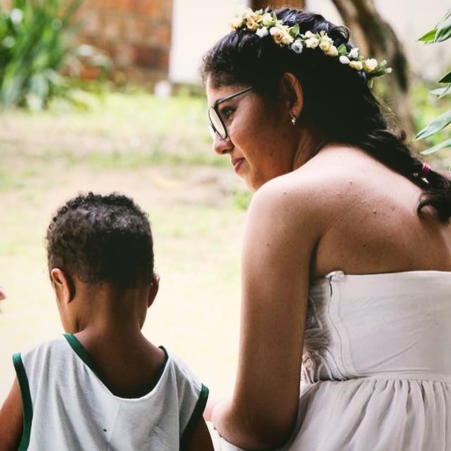 Carol Fraga conversando com uma criança na creche de Gisa