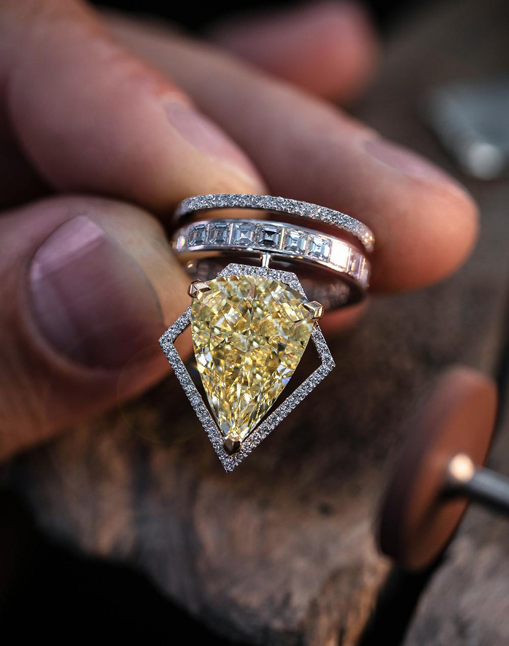 TRAPÉZISTES  الخاتم ألماسة كمثريّة صفراء وزنها 10,19 قيراط ودرجة نقاوتها VVS1 وزن الألماس الإجمالي: 12,94 قيراط