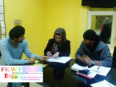 مع المنسقيين ياسين سلمان وفجر النصار أثناء شرح مدة المعارض المقامة وتاريخها خلال فترة المهرجان