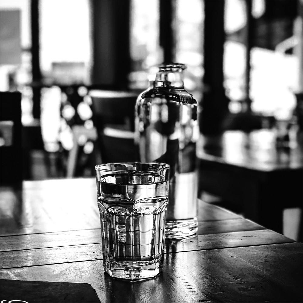 喝水能加速體內的新陳代謝,並且提高燃燒卡路里的能量,還能抑制食慾。