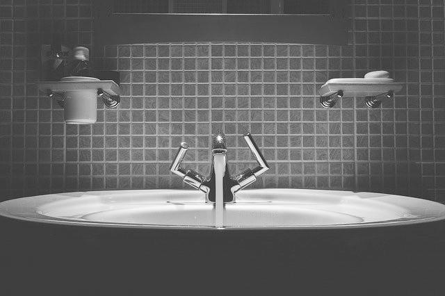 將保養品放在浴室會因為濕度而加速了產品中細菌的滋生。