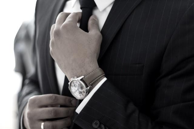 體面的穿搭加上簡單的配件,讓整體更有加乘的效果。