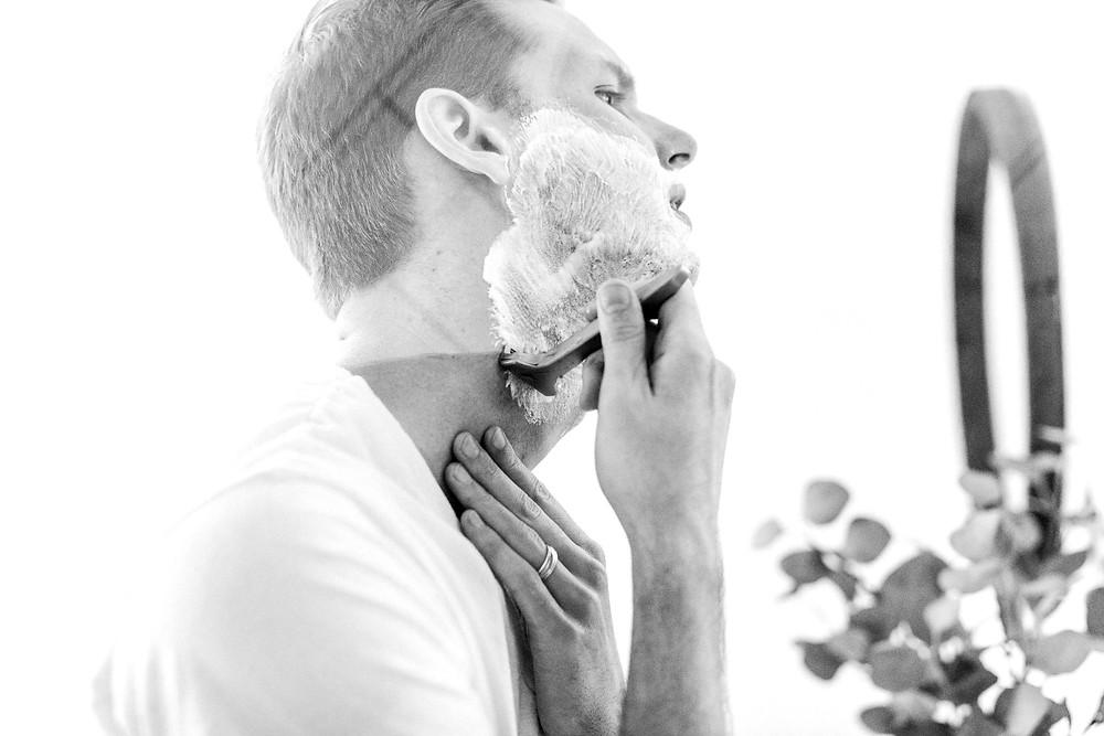 使用刮鬍泡刮鬍的男人