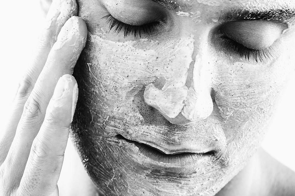 男性的肌膚相對女性較為粗厚,因此更容易堆積髒污及雜質,定期的去角質能清除毛孔中的油脂,更能降低痘痘、粉刺的生成。